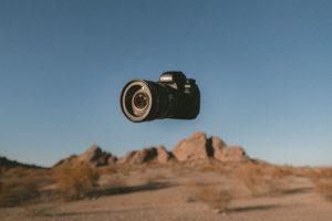 一眼レフが砂漠地域で宙に浮いている