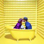 お風呂の浴槽で男女がキスをしている