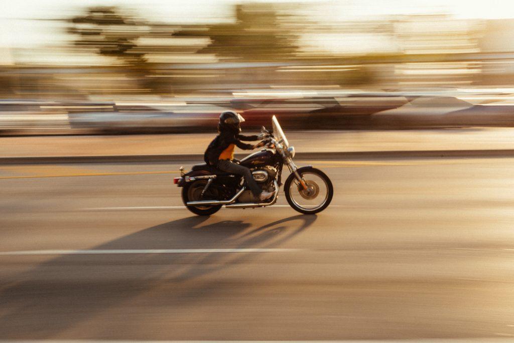 道をバイクが駆け抜けている