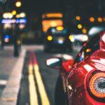 丸いライトがついた赤い車