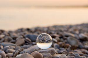 海か川の石があるところにのっている水晶球