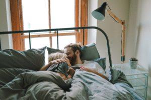 少し安めのベッドの上で朝に男女だ抱き合っている