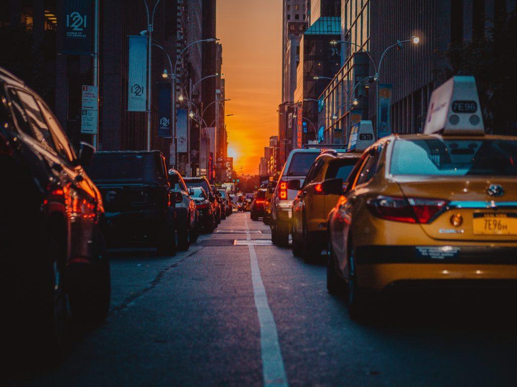 タクシーと街並み