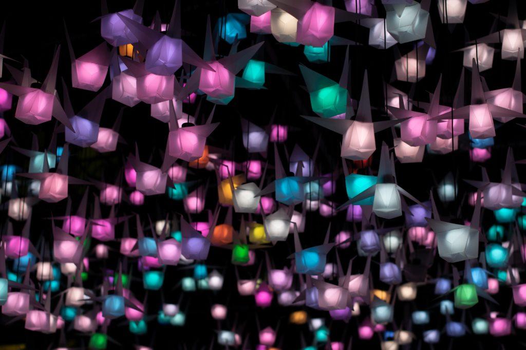 色とりどりのライトが入った折り紙
