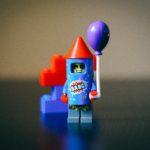 小さなロボットのおもちゃが風船を持っている