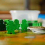 木の机の上で緑の人形がいっぱいある