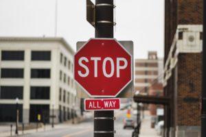 道の標識でSTOPと書かれている