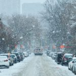 雪が降っている道で車が渋滞している