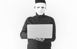 白いマスクを被った黒い服を来た男の人が犯罪をしている