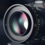 カメラのレンズと黒い背景