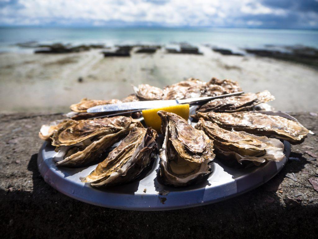 海辺の手前に焼き牡蠣
