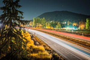 高速道路で光が伸びている