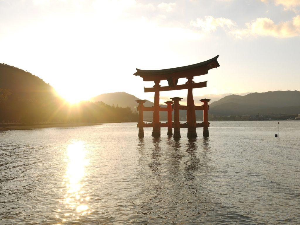 水の中の鳥居と夕日