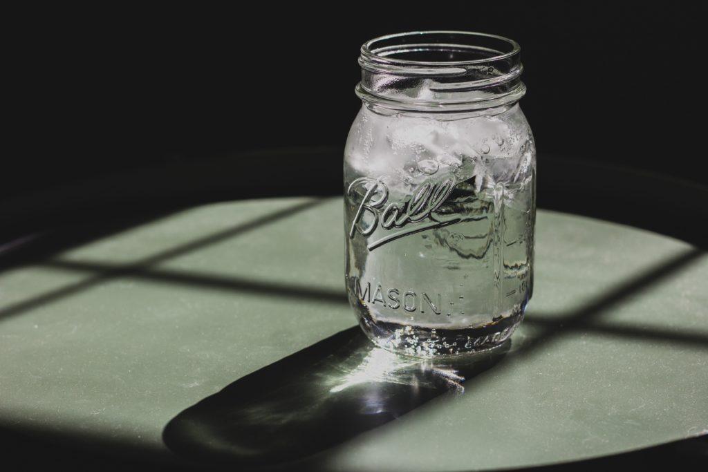 ボトルに水が注がれているところ