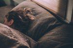 寝すぎにより起こる頭痛のメカニズムとその解消法とは!?