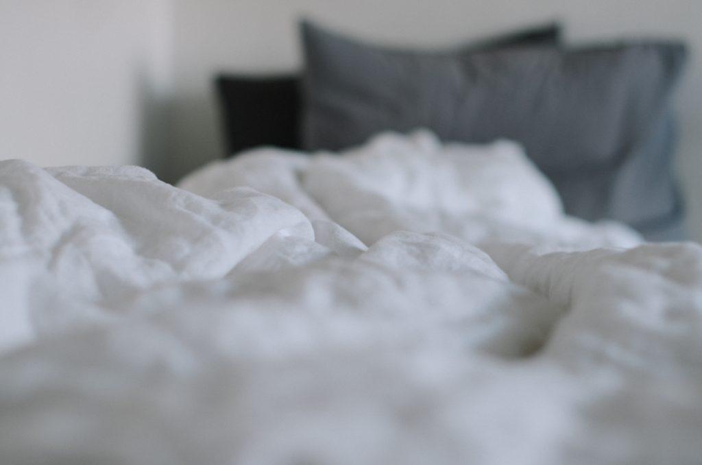 ベッドの掛け布団と枕