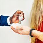 男の人が女の人に合鍵を渡している所