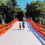 神社の橋と親子
