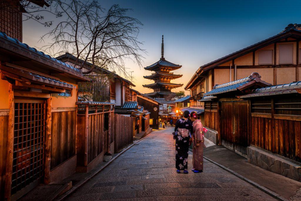 京都の街並みと着物を着た女性2人