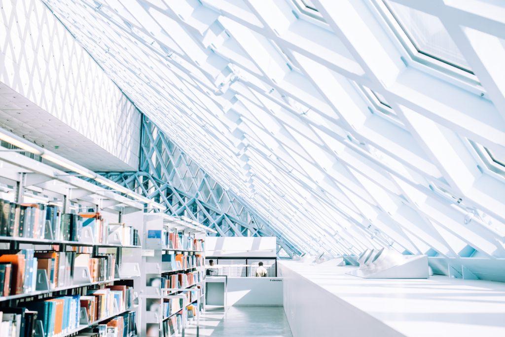 白い屋根の本屋さん