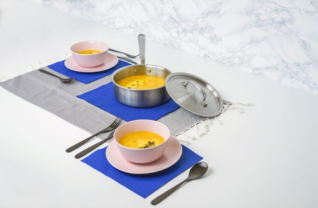 鍋と皿に入ったスープ